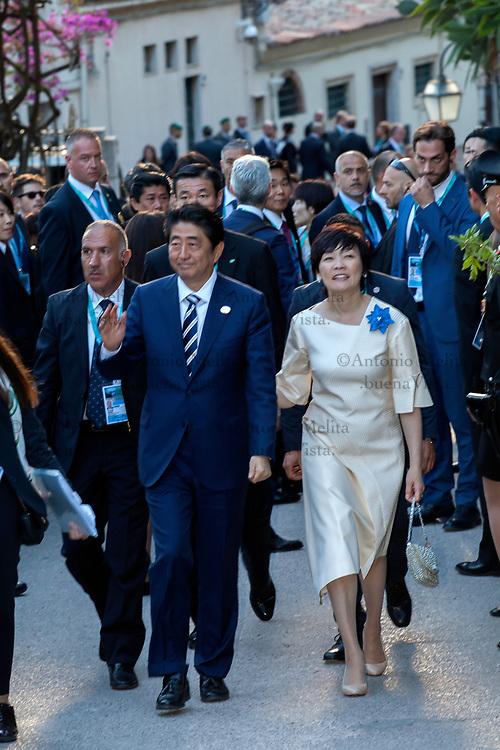 Shinzo Abe, Primo Ministro giapponese, con la moglie Akie Abe nella salita che porta al Teatro Greco di Taormina.