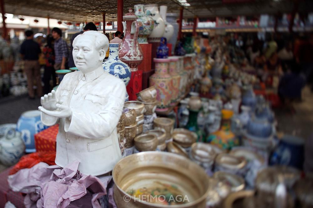 Panjiayuan weekend market. Porcelaine and ceramics. Porcelaine bust of Chairman Mao.