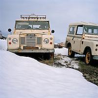 Land Rover bílar hvílast á Hofsós. Old Land Rover's at Hofsos, North Iceland.
