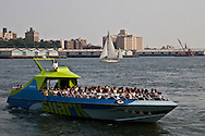 New York. high speed boat on east river  New york - United states /  bateau rapide sur l'east river  New york - Etats unis