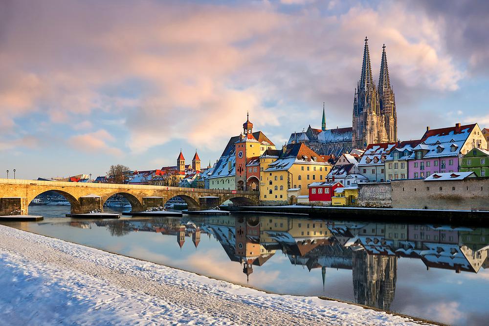 Blick über die Donau auf die winterliche Altstadt von Regensburg.