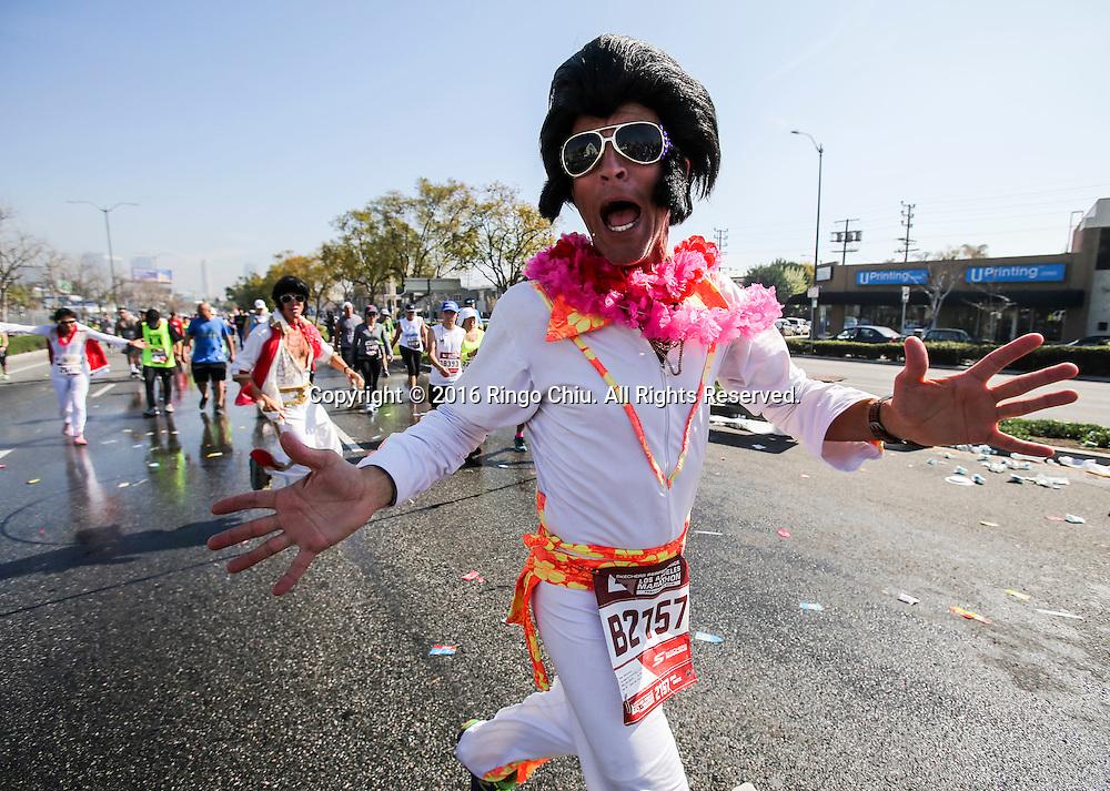 2月14日,一名选手打扮成猫王。当日,第31届洛杉矶马拉松赛在美国洛杉矶举行。赛事以道奇体育场为起点,途中经过好莱坞星光大道,以圣塔莫尼卡海滩为终点,总长26.2英里,超过25,000名来自美国50个州和62个国家选手参加。新华社发 (赵汉荣摄)<br /> A runner dressed as Elvis Presley during the 31st LA Marathon in Los Angeles, the United States, Sunday, Feb. 14, 2016. More than 25,000 runners from all 50 states and 62 countries participated the 26.2-mile event began at Los Angeles Dodger Stadium and went through Los Angeles, West Hollywood and Beverly Hills and ended in Santa Monica.  (Xinhua/Zhao Hanrong) (Photo by Ringo Chiu/PHOTOFORMULA.com)<br /> <br /> Usage Notes: This content is intended for editorial use only. For other uses, additional clearances may be required.