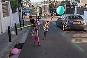 /ES/ Children playing durante the annual street party. /ES/ Niños jugando durante la fiesta mayor de la calle Julià.