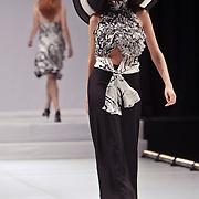 NLD/Amsterdam/20080330 - Modeshow Monique Collignon 2008 Circle, model op de catwalk