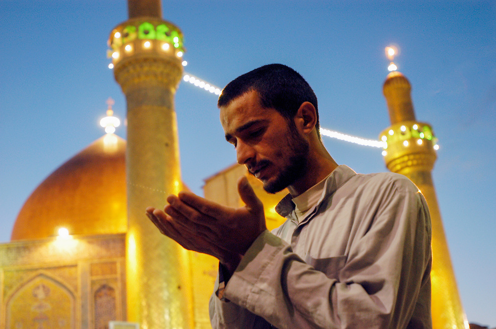 A Shiite Muslim prays at the holy shrine of the al-Ali Mosque in the sacred city of Najaf.<br /> Najaf, Iraq. 01/05/2003.