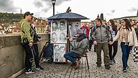 Prague, la ville aux mille tours et mille clochers, n&rsquo;a pas seulement inspire Andre Breton et les surrealistes. Chaque annee, la belle Tcheque seduit des millions d&rsquo;admirateurs du monde entier. Monuments, fa&ccedil;ades et statues racontent une histoire mouvementee ou planent les ombres du Golem, de Mucha ou de Kafka.<br /> Depuis 1992, le centre ville historique est inscrit sur la liste du patrimoine mondial par l'UNESCO<br /> Le pont Charles (Karluv most) est un pont qui relie la Vieille-Ville de Prague (Stare Mesto) au quartier de Mala Strana. Construit au XIVe&nbsp;siecle, il sera le seul pont sur la Vltava jusqu'en 1741.