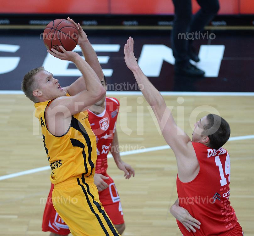 Basketball 1. Bundesliga 2013/2014  27.09.2013 Testspiel Walter Tigers Tuebingen - Antwerpen Giants Johannes Lischka (li, Tigers) gegen Maxime De Zeeuw (re, Antwerpen)