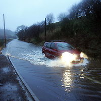 Cars make their way through the floods on the A823 near Glendevon Perthshire.  13.12.06<br />