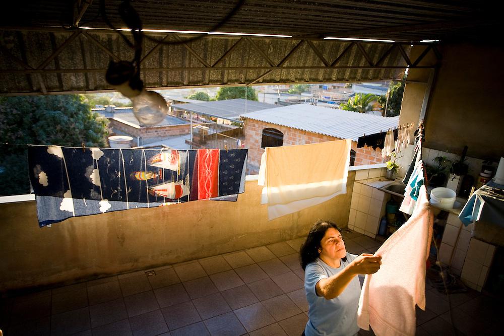 Belo Horizonte_MG, Brasil...Dona de casa colocando roupa no varal...A housewife putting clothes on clothesline...Foto: JOAO MARCOS ROSA /  NITRO