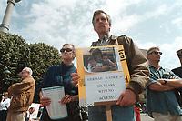 01 JUN 2000, BERLIN/GERMANY:<br /> Glenn H. Gebhard (R) und Ehefrau Randi Piper-Gebhard (L) auf einer Demonstration von Vätern, die durch Scheidung von ihren Kindern getrennt wurden, vor dem Roten Rathaus.<br /> US Bürger Gebhard ist seit Jahren von den Kindern Shannon und Glenn getrennt, die bei seiner deutschen Ex-Frau leben. <br /> (Thema Scheidungskinder aus Binationalen Ehen)<br /> IMAGE: 20000601-01/01-21<br /> KEYWORDS: Demo, Demonstrant, demonstrator