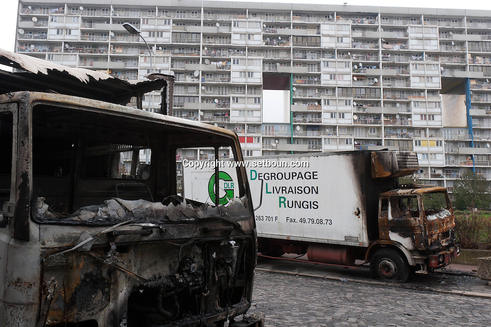 = Burn trucks after the riots . La Courneuve , cite of 4000. daily life around the building Balzac.  Paris suburb France    /// La Courneuve, cite des 4000 , la vie quotidienne dans la barre Balzac Camions brules  Paris  France +