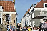 Nederland, Heusden, 18-10-2014 Mensen zitten in de zon op een zonnige dag op een terras in het oude en historische centrum van dit stadje, vestingstadje, aan de Maas. Vandaag werd een record, weerrecord, gebroken. Het was de warmste 18 oktober sinds de weermetingen begonnen.Foto: Flip Franssen/Hollandse Hoogte