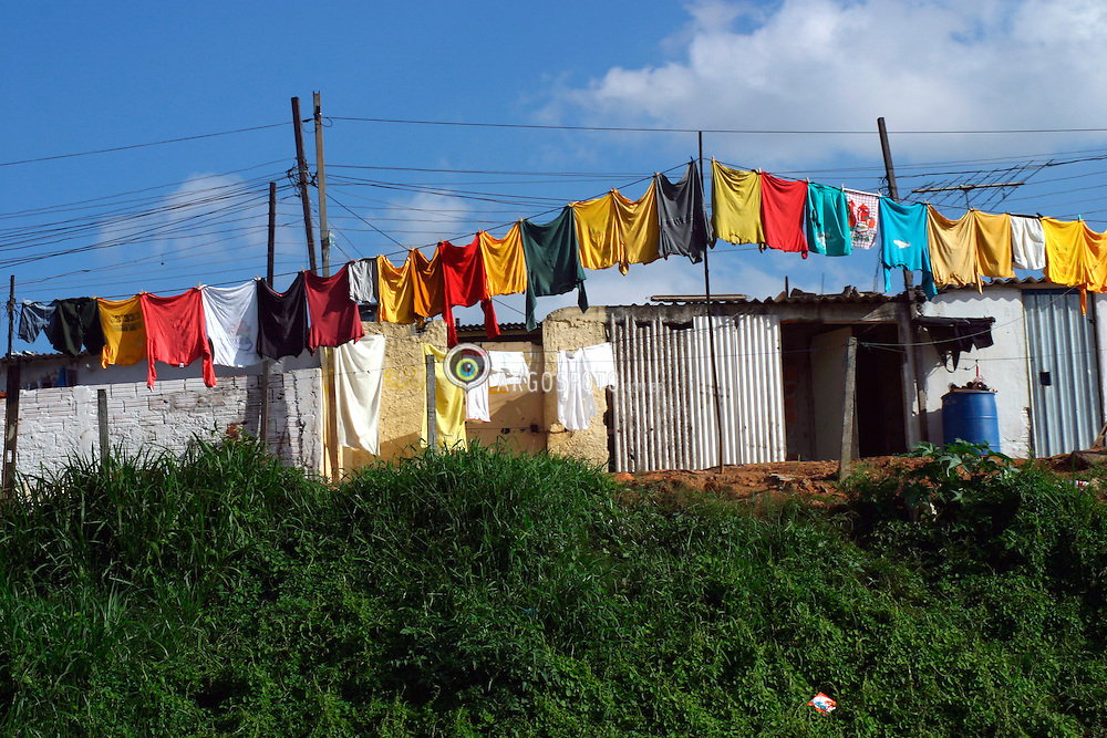Sao Paulo, SP, Brasil. 04/out/2004.Favela na Marginal da Rodovia Castelo Branco, com roupas coloridas no varal./ Chantytown along Castelo Branco Road, with colorfull clothes hanging on clothesline..Foto Rubens Chaves/Argosfoto