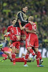 25.05.2013, Wembley Stadion, London, ENG, UEFA Champions League, FC Bayern Muenchen vs Borussia Dortmund, Finale, im Bild Daniel VAN BUYTEN (FC Bayern Muenchen - 5) - springt Arjen ROBBEN (FC Bayern Muenchen - 10) in die Arme nach dem Sieg im Champions League Finale mit 2-1 gegen Borussia Dortmund // during the UEFA Champions League final match between FC Bayern Munich and Borussia Dortmund at the Wembley Stadion, London, United Kingdom on 2013/05/25. EXPA Pictures © 2013, PhotoCredit: EXPA/ Eibner/ Gerry Schmit..***** ATTENTION - OUT OF GER *****
