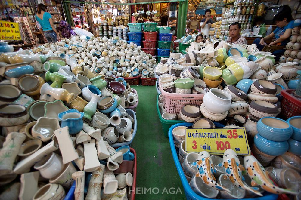 Chatuchak Sunday Market. Porcelaine shop.