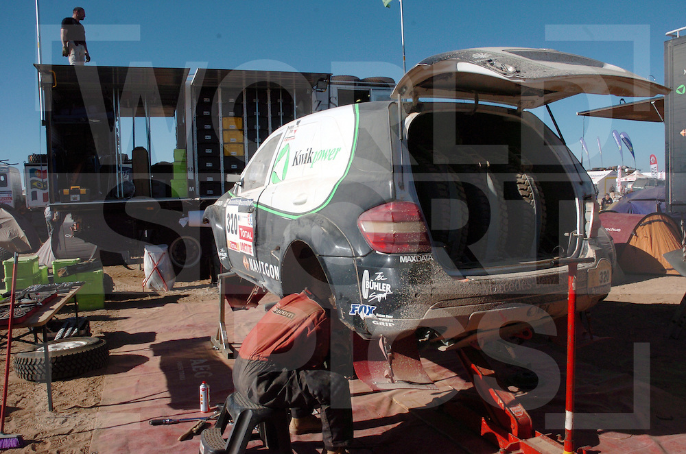 Rally Lissabon-Dakar 2006:..Bivak werk..Nouochat Restday..fotografie frank uijlenbroek©2006 frank uijlenbroek..