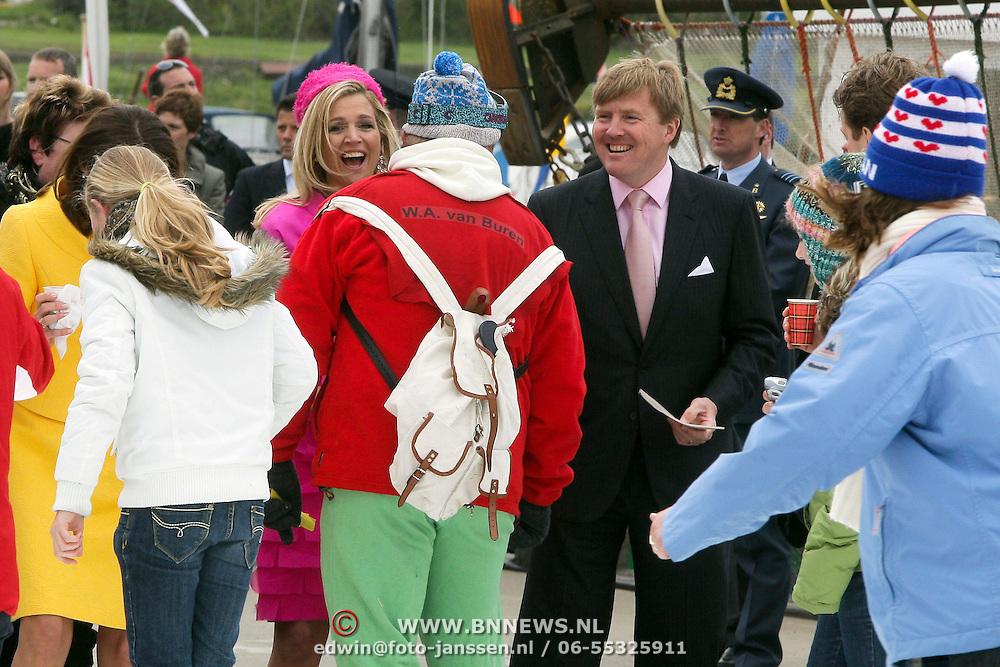 NLD/Makkum/20080430 - Koninginnedag 2008 Makkum, Maxima en Willem Alexander ontmoeten schaatser met W.A. van Buuren op zijn rug