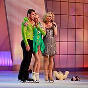 NLD/Hilversum/20110326 - 9de Liveshow Sterren Dansen op het IJs, Monique Smit en Joel Geleynse luisteren met Nance Coolen  naar het jury commentaar