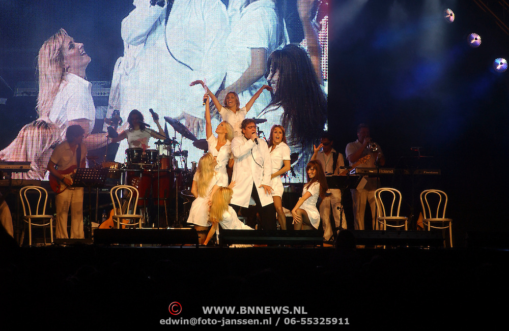 NLD/Huizen/20050709 - Concert Rabobank 100 jaar in Huizen, optreden Rene Froger in doktors outfit