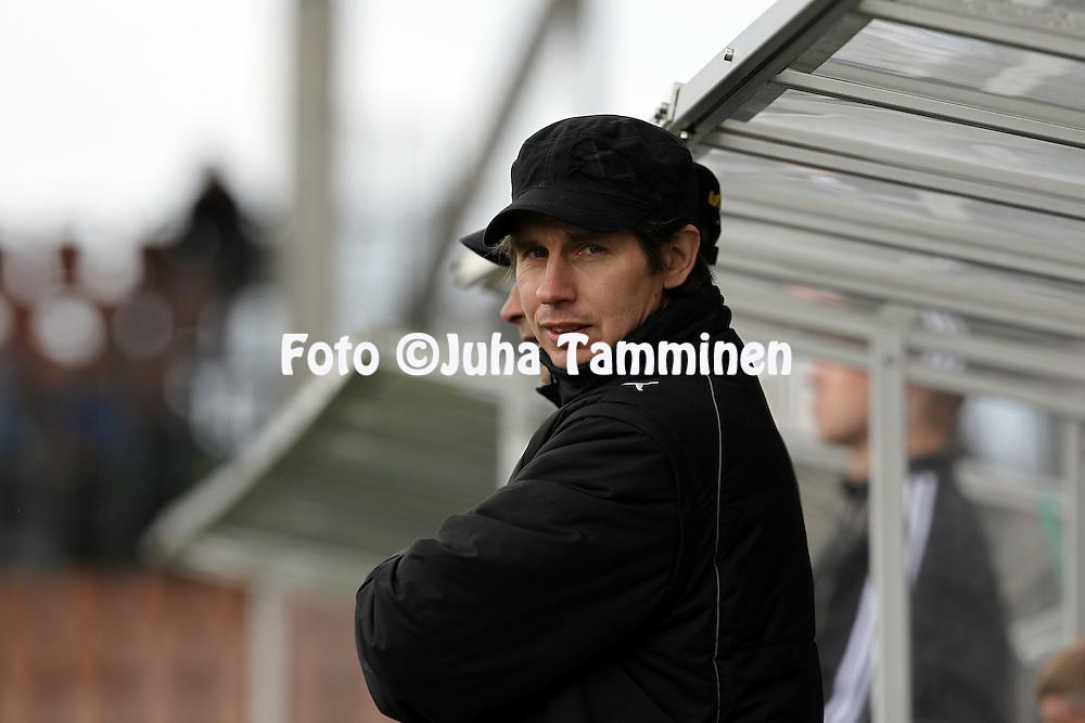 12.5.2012, Sonera Stadion, Helsinki..Veikkausliiga 2012..HJK Helsinki - Kuopion Palloseura..Kakkosvalmentaja Harri Ylnen - KuPS
