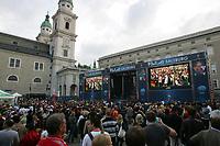 GEPA-0706085338 - SALZBURG,AUSTRIA,07.JUN.08 - FUSSBALL - UEFA Europameisterschaft, EURO 2008, Host City Fan Area Salzburg, Fanmeile, Fan Meile, Public Viewing, Fan Zone. Bild zeigt Fans, Videowalls und die Buehne vor dem Salzburger Dom.<br />Foto: GEPA pictures/ Sebastian Krauss