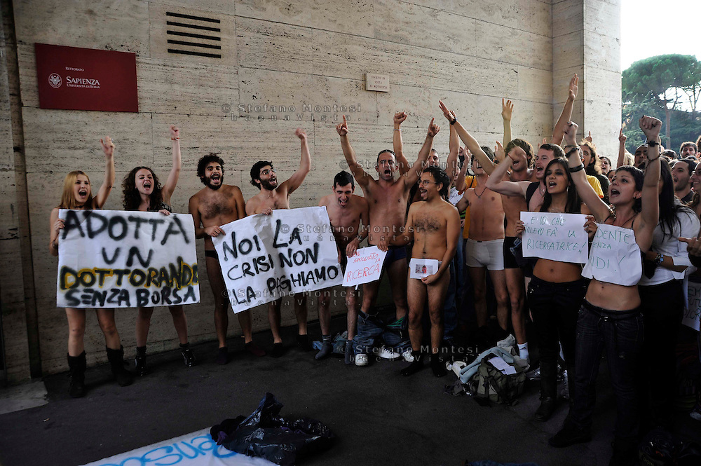 "Roma 27 Ottobre  2008.Protesta spogliarello inscenata da una trentina di studenti e studentesse della facoltà di Psicologia de La Sapienza di Roma davanti al rettorato dell' università, per protestare contro chi «spoglia la ricerca».Rome 27 October 2008.Striptease protest staged by about thirty students of the Faculty of Psychology at La Sapienza University in Rome in front of the rectory of 'universities to protest against those who ""it strips the search».."