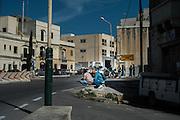Malta, Marsa. Su questa rotonda vicino Viale Aldo Moro decine d'immigrati provenienti dall'Italia attendo un lavoro, la polizia non interviene