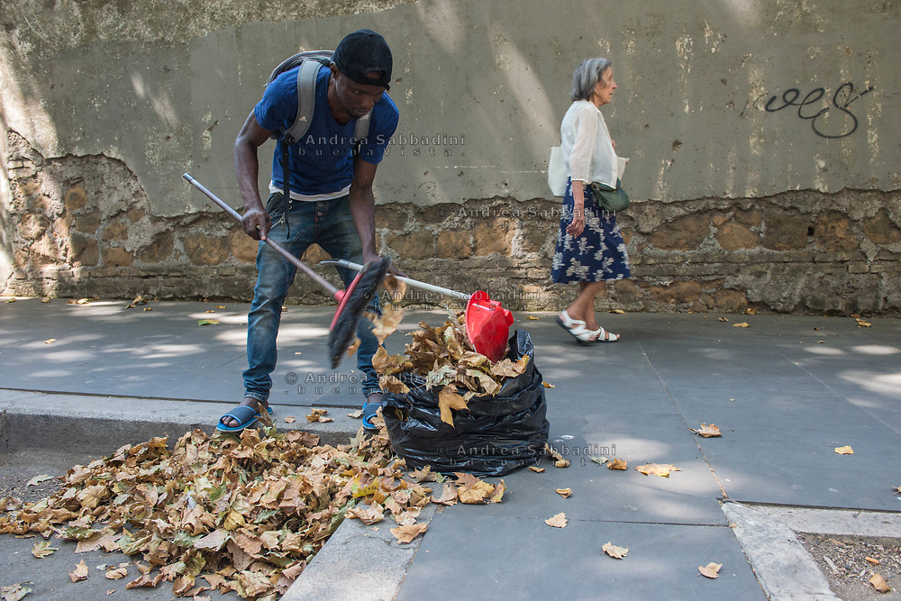 Roma, 14/07/2017: Emmanuel (35) &egrave; arrivato dalla Nigeria 8 mesi fa. In questo ultimo periodo si trova nel centro per migranti di Grotte Celoni e tutte le mattina si organizza con un gruppo di amici per andare a pulire le strade della citt&agrave; in cambio di un offerta dei passanti.<br /> &copy; Andrea Sabbadini