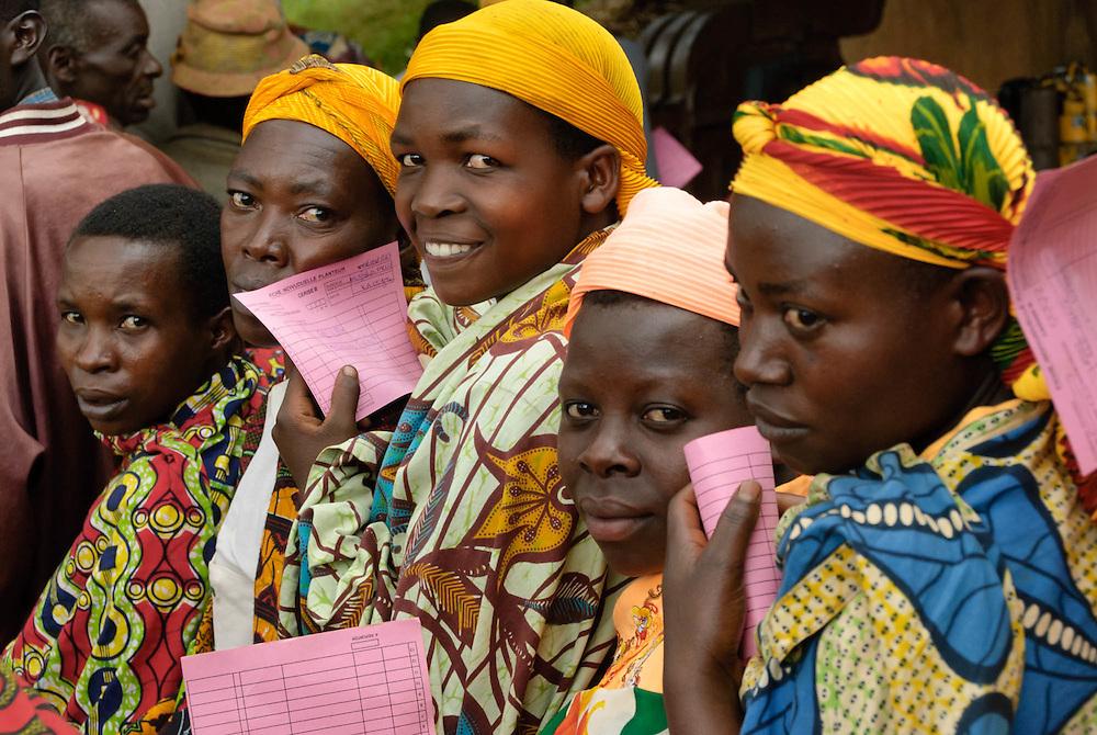 Des planteurs de café burundais attendent pour recevoir la prime sur la récolte de l'année précédente obtenue grâce à l'augmentation du prix versé aux producteurs.