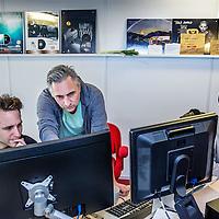 Nederland, Hilversum, 5 december 2016.<br />radiostation 3 FM heeft de koers omgegooid en wil nu meer jongeren bereiken. Hoe doen ze dat en lukt het? Te zien: muzieksamenstellers en dj's in de studio o.i.d.<br />Op de foto: zenderbaas Basyl de Groot (midden) in overleg op de muziekredactie.<br /><br /><br />Foto: Jean-Pierre Jans