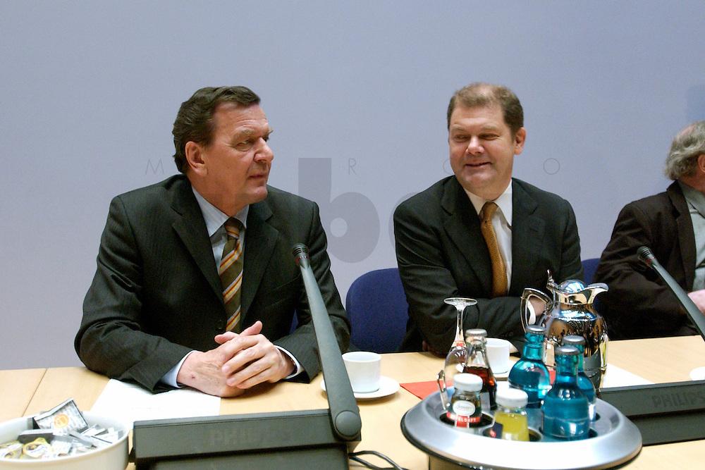 07 FEB 2004, BERLIN/GERMANY:<br /> Gerhard Schroeder (L), SPD, Bundeskanzler, und Olaf Scholz (R), SPD, Generalsekretaer, vor Beginn der Sondesitzung des SPD Parteivorstandes nach der Bekanntgabe des Ruecktritts des Parteivorsitzenden, Willy-Brandt-Haus<br /> IMAGE: 20040207-01-016<br /> KEYWORDS: R&uuml;cktritt, Gerhard Schr&ouml;der