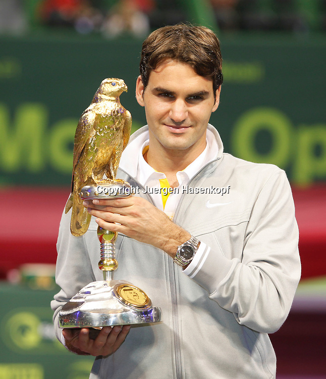 Qatar ExxonMobil Open2011, ATP TennisTurnier, International Series, Khalifa International Tennis & Squash Complex,Doha,Qatar, Finale, Siegerehrung, Sieger Roger Federer (SUI) mit Pokal,
