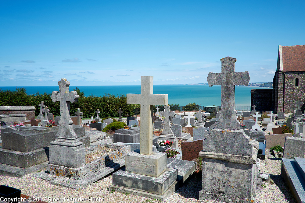 Begraafplaats aan zee bij Varengeville-sur-mer, Normandië, Frankrijk - Graveyard with view to the sea near Varengeville-sur-mer, Normandy, France
