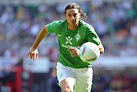 FUSSBALL   1. BUNDESLIGA   SAISON 2011/2012    3. SPIELTAG SV Werder Bremen - SC Freiburg                             20.08.2011 Claudio PIZARRO (Bremen) EInzelaktion am Ball