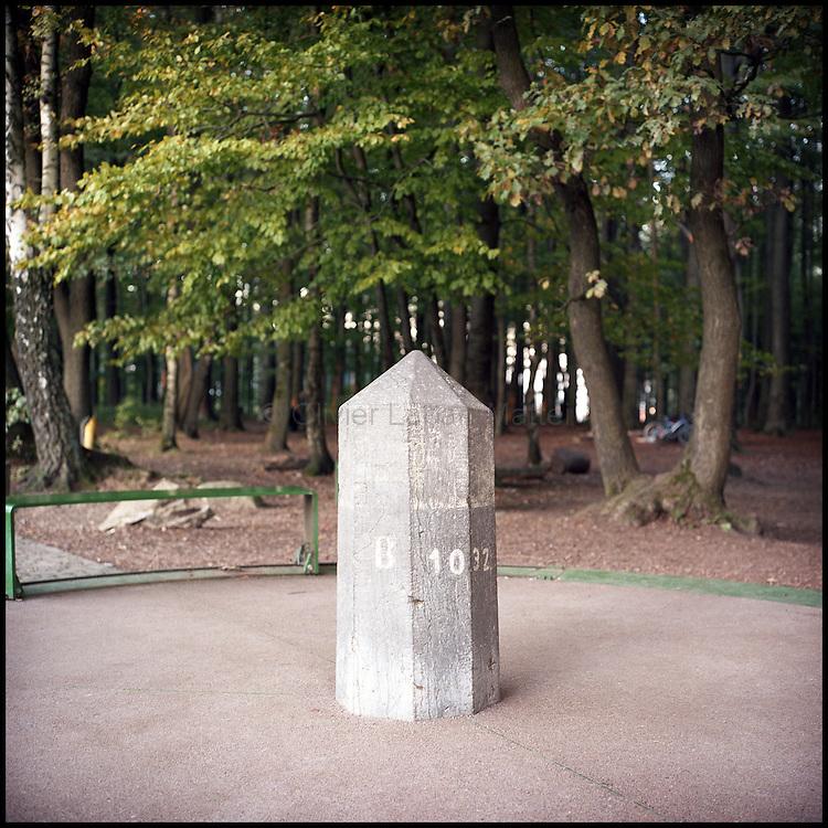 Le 26 octobre 2011, frontière Pays-Bas / Allemagne / Belgique, près de Vaals. Photo du Tripoint, point exact où se rencontre les frontières des Pays-Bas, de la Belgique et de l'Allemagne. Avant la création de l'espace Schengen, de nombreux contrebandiers passaient les frontières à cet endroit, notamment avec du café. Ils utilisaient même des chiens pour faire passer les marchandises à travers la forêt.
