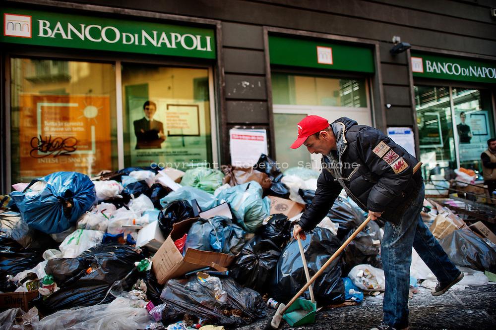 Napoli, Italia - 15 novembre 2010. Cumuli di spazzatura non raccolta nel centro di Napoli..Ph. Roberto Salomone Ag. Controluce.ITALY - Piles of uncollected garbage are seen downtown Naples on November 15, 2010.