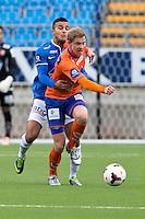 Treningskamp fotball 2014: Molde - Aalesund. Moldes Harmeet Singh (t.v.) med solid tak rundt Peter Orry Larsen i treningskampen mellom Molde og Aalesund på Aker stadion.
