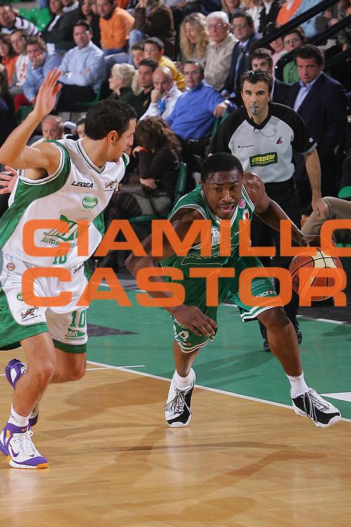 DESCRIZIONE : Treviso Lega A1 2006-07 Benetton Treviso Air Avellino <br /> GIOCATORE : Lyday <br /> SQUADRA : Benetton Treviso <br /> EVENTO : Campionato Lega A1 2006-2007 <br /> GARA : Benetton Treviso Air Avellino <br /> DATA : 03/12/2006 <br /> CATEGORIA : Penetrazione <br /> SPORT : Pallacanestro <br /> AUTORE : Agenzia Ciamillo-Castoria/S.Silvestri <br /> Galleria : Lega Basket A1 2006-2007 <br /> Fotonotizia : Treviso Campionato Italiano Lega A1 2006-2007 Benetton Treviso Air Avellino <br /> Predefinita :