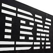 Nederland Amsterdam 3 maart 2008 20080303.Logo IBM.IBM..International Business Machines Corporation.?.?.IBM-pilaar in Japan.Beurs.NYSE: IBM.Oprichting.Sinds 1888 werkzaam.Bedrijf sinds 16 juni 1911.Locatie.IBM Corporation.One New Orchard Road.Armonk, New York 10504.Sleutelfiguren.Samuel Palmisano, Voorzitter/CEO.Mark Loughridge, CFO.Producten.Volledige lijst...Website.IBM.com.International Business Machines Corporation (IBM, bijgenaamd Big Blue) (NYSE: IBM), gevestigd in New York, is een bedrijf dat bij het grote publiek vooral bekend is vanwege de eerste IBM Personal Computer, de allereerste PC. Tot de kerntaken van IBM behoren het ontwerpen en verkopen van computer hardware, software, technologie en dienstverlening in de ICT-sector. Het bedrijf wordt ook wel Big Blue genoemd, refererend naar de grote macht van het bedrijf en het blauwe logo..IBM is 's werelds grootste IT-bedrijf met wereldwijd ongeveer 329.000 werknemers in dienst en een omzet van $105,7 miljard (2005). IBM is actief in meer dan 160 landen. Al meer dan 10 jaar op rij registreert IBM het wereldwijde record aantal patenten door de grote investeringen in (fundamentele) wetenschap en onderzoek..?Gebieden waar dit bedrijf zich mee bezig houdt zijn onder andere:.Business and IT Consulting.Business Process Outsourcing.Outsourcing Services.Financiering.IT Projecten.Hardware.Software.Onderhoud hardware en software.Applicatie ontwikkeling en onderhoud.Educatie.Business Continuity and Recovery Services..Foto David Rozing