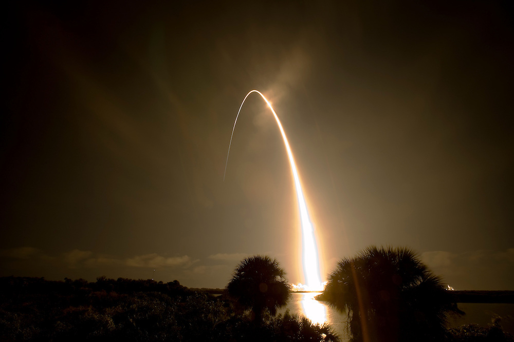 CAPE CANAVERAL, FL - DECEMBER 7:  Space Shuttle Discovery lifts off from pad 39-b at the Kennedy Space Center in Cape Canaveral, Florida, on December 9, 2006. Discovery is on a mission to the International Space Station. (Photo by Matt Stroshane/Getty Images)