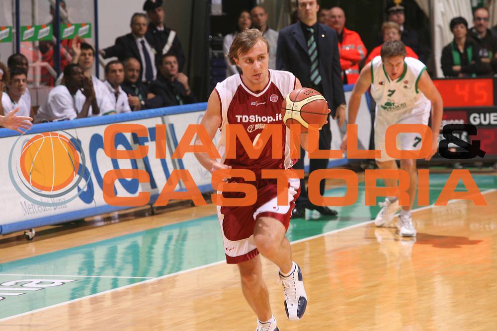 DESCRIZIONE : Siena Lega A1 2006-07 Montepaschi Siena Tdshop.it Livorno <br />GIOCATORE : Porzingis<br />SQUADRA : Tdshop.it Livorno<br />EVENTO : Campionato Lega A1 2006-2007 <br />GARA : Montepaschi Siena Tdshop.it Livorno <br />DATA : 11/11/2006 <br />CATEGORIA : Palleggio<br />SPORT : Pallacanestro <br />AUTORE : Agenzia Ciamillo-Castoria/G.Ciamillo