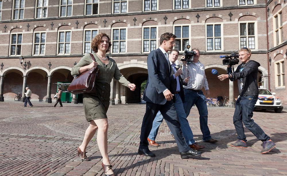 Nederland. Den Haag, 9 augustus 2010.<br /> Informateur Ivo Opstelten begint maandagochtend in de ministerskamer van de Eerste Kamer de onderhandelingen met de fractieleiders Mark Rutte (VVD), Geert Wilders (PVV) en Maxime Verhagen (CDA). De fractievoorzitters namen ieder een secondant mee naar de onderhandelingen : Edith Schippers (VVD), Ab Klink (CDA) en Barry Madlener (PVV)<br /> Foto &copy; Martijn Beekman
