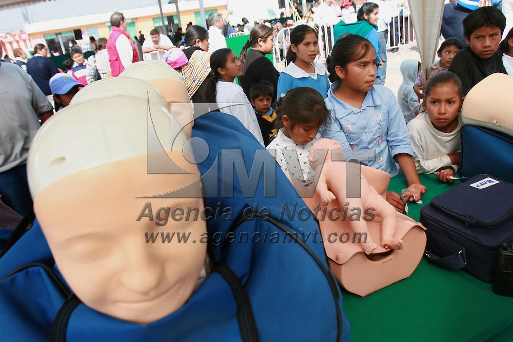 Toluca, Mex.- Ni&ntilde;os del poblado de San Pablo Autocpan, observan los maniquies para el entrenamiento de paramedicos en un stand colocado con motivo de la toma de protesta del consejo directivo de la Cruz Roja en Toluca. Agencia MVT / Mario Vazquez de la Torre. (DIGITAL)<br /> <br /> <br /> <br /> <br /> <br /> <br /> <br /> NO ARCHIVAR - NO ARCHIVE