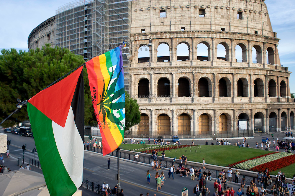 Roma 26 Luglio 2014<br /> Manifestazione davanti al Colosseo dei pro-Palestina contro l'offensiva Israeliana a Gaza e  in concomitanza con il vertice dei ministri degli Esteri a Parigi per chiedere un cessate il fuoco tra Hamas e Israele.<br /> Rome July 26, 2014 <br /> Demonstration in front of the Colosseum of pro-Palestine against Israel's offensive in Gaza and to coincide with the summit of foreign ministers in Paris to demand a ceasefire between Hamas and Israel.