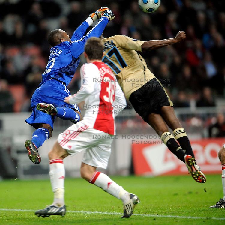 18-03-2009 VOETBAL: UEFA CUP: AJAX - OLYMPIQUE MARSEILLE: AMSTERDAM<br /> Ajax speelt gelijk, 2-2 in de verlenging, en is uitgeschakeld in Europa / Kenneth Vermeer in duel met Mamadou Samassa<br /> &copy;2009-WWW.FOTOHOOGENDOORN.NL