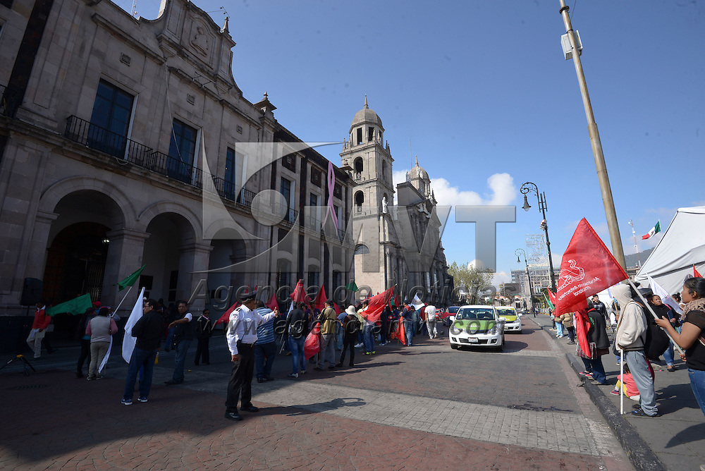 Toluca, México (Octubre 24, 2016).- Comerciantes del Movimiento Antorchista se manifestaron frente al ayuntamiento de Toluca exigiendo que no los responsabilicen de alterar el orden publico en la zona centro de Toluca y la Terminal, y que les sean respetados los permisos otorgados para vender sus productos en la calle.  Agencia MVT / Crisanta Espinosa.