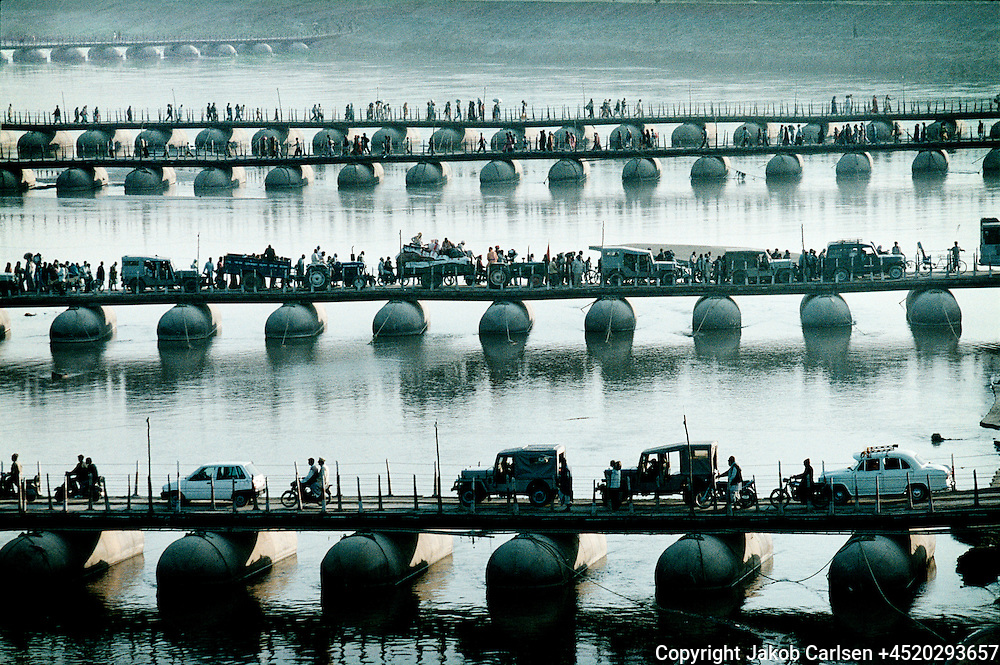 Khumb Mela, Hindu festival in Allahabad, India.<br /> Pontoon bridges connects the riverbanks to allow the pilgrims to visit the holy place, Sangam.