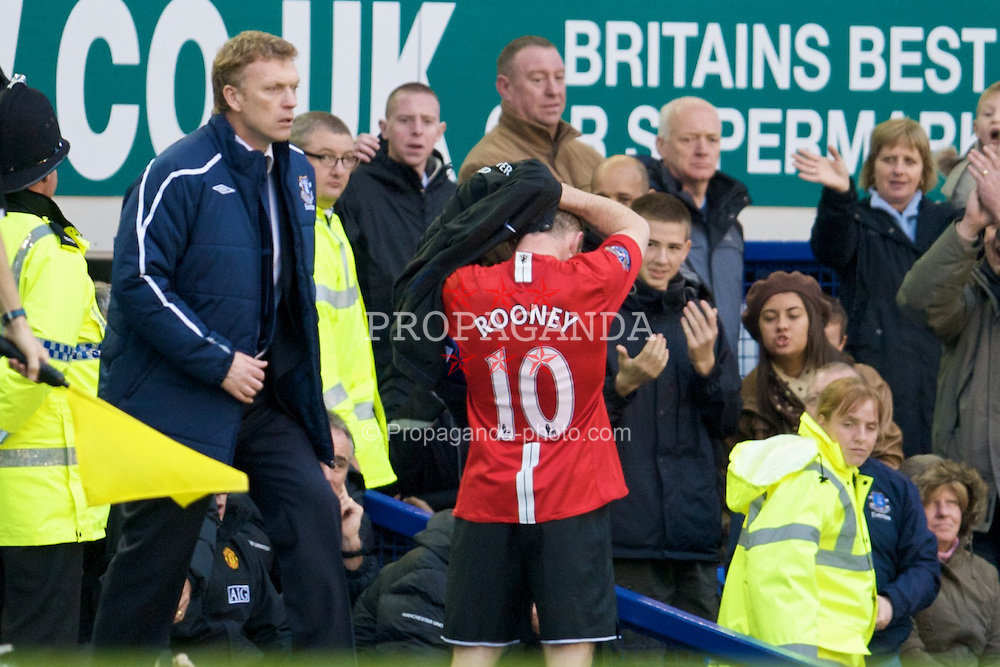 LIVERPOOL, ENGLAND - Saturday, October 25, 2008: Manchester United's Wayne Rooney stands next to his old Everton manager David Moyes after being substituted to prevent him being sent off during the Premiership match against Everton at Goodison Park. (Photo by David Rawcliffe/Propaganda)