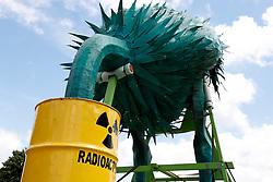 Ein riesenhafter Vorgelstrauß steckt den Kopf in ein Atommüllfass. <br /> <br /> Ort: Tihange<br /> Copyright: Andreas Conradt<br /> Quelle: PubliXviewinG