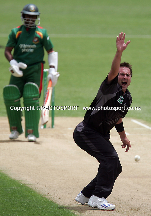 Mark Gillespie appeals for an LBW decision to no avail. New Zealand Black Caps v Bangladesh, 1st One Day International, Eden Park, Auckland, New Zealand. Wednesday 26th December 2007. Photo : Chris Skelton/PHOTOSPORT